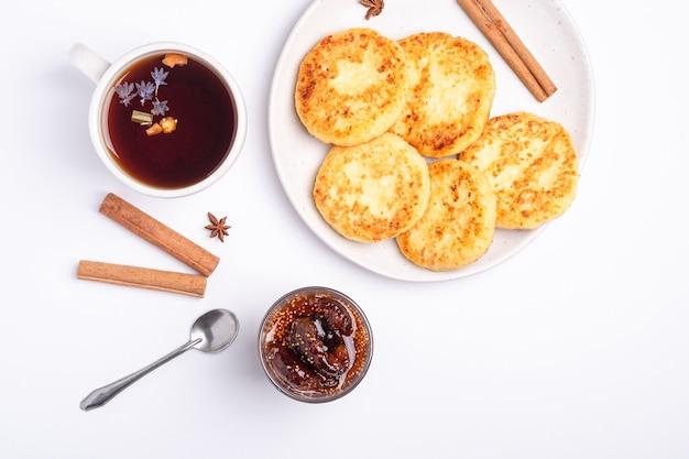 Bolinhos de queijo cottage com chá preto quente aromático