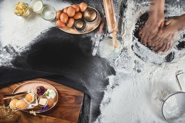 Bolinhos de receita caseira na mesa de madeira, vista de cima