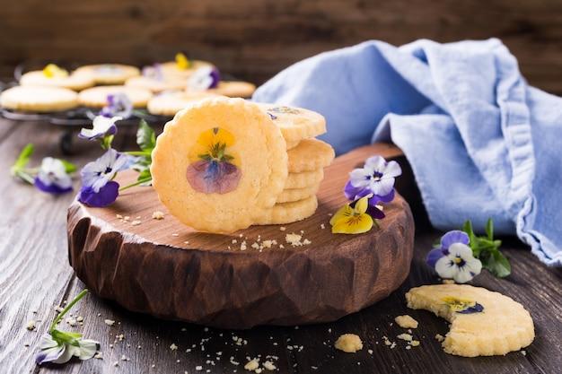 Bolinhos de shortbread caseiro com flores comestíveis