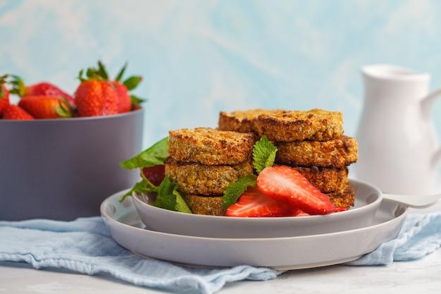 Bolinhos de tofu doce vegan (panquecas) com morangos. conceito de comida saudável vegan.