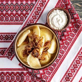 Bolinhos de varenyki de refeição ucraniana tradicional com creme de leite e leite e mel e queijo cottage. cozinha ucraniana. dumplings