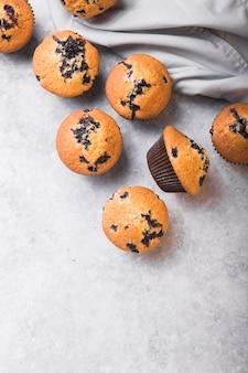 Bolinhos de xícara de mirtilo ou muffins com frutas frescas. vista do topo