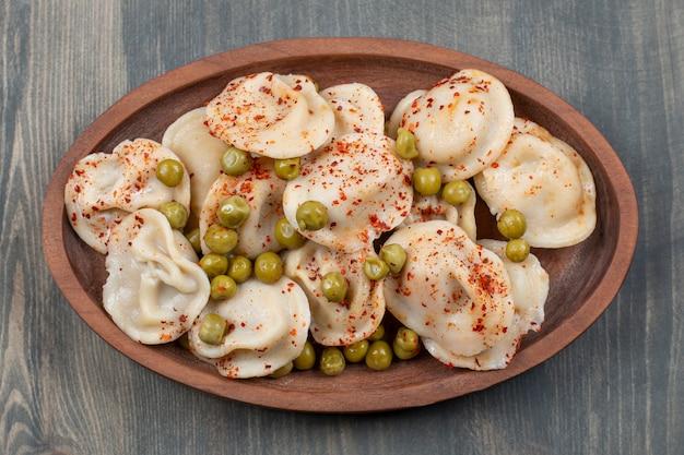 Bolinhos deliciosos com ervilhas e pimenta vermelha