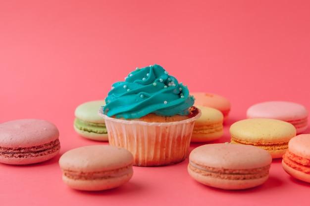 Bolinhos deliciosos doces em rosa close-up