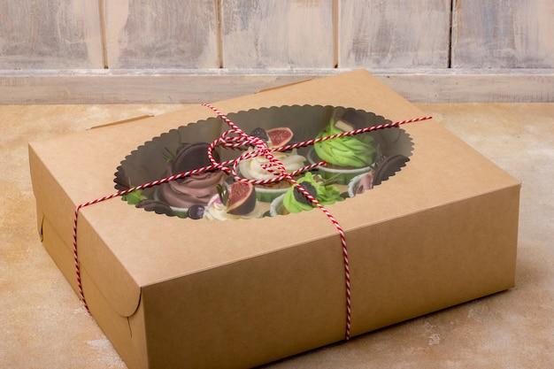 Bolinhos deliciosos em uma caixa