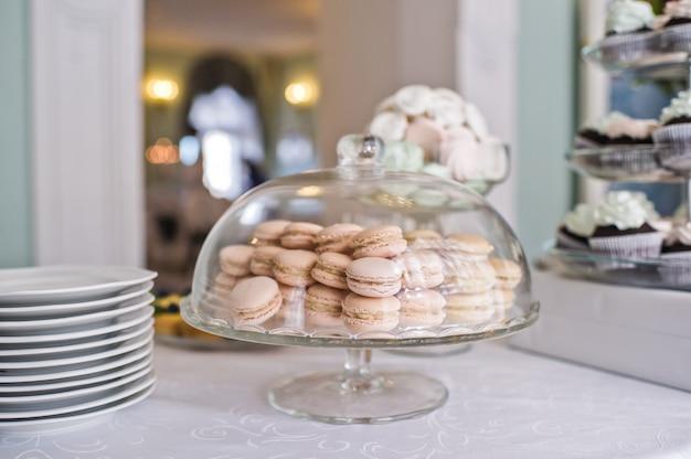 Bolinhos do bolinho de amêndoa em um vaso de vidro. mesa de doces no restaurante, servindo festivo