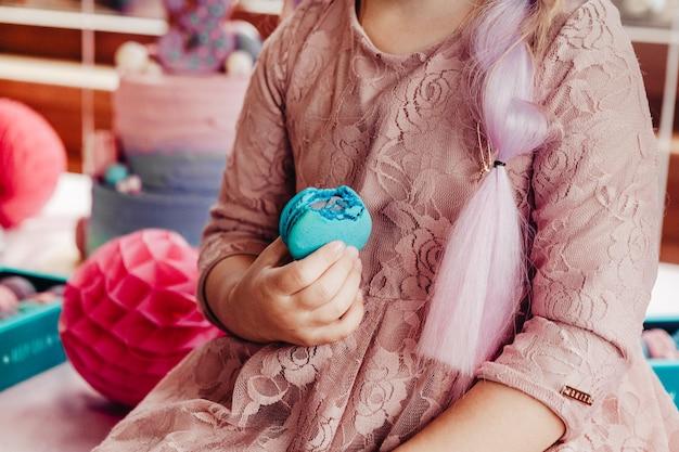 Bolinhos doces e bolo para festas infantis de aniversário