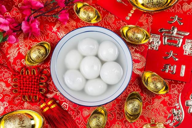 Bolinhos doces em tigela na mesa
