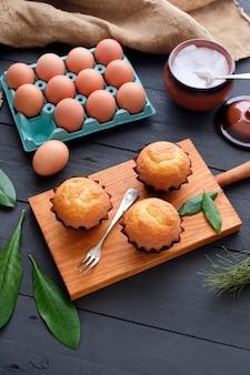 Bolinhos e ingredientes caseiros em mesa rústica