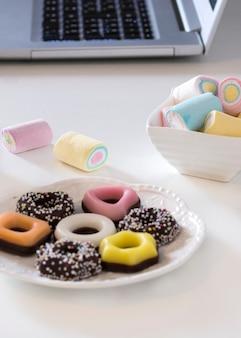 Bolinhos e marshmallows coloridos diferentes