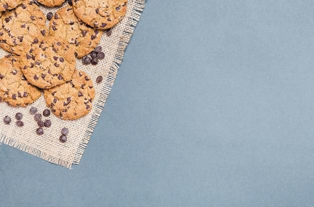 Bolinhos leigos planos com gotas de chocolate em pano de agave