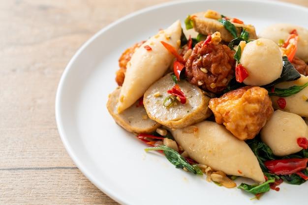 Bolinhos picantes de peixe frito com ervas