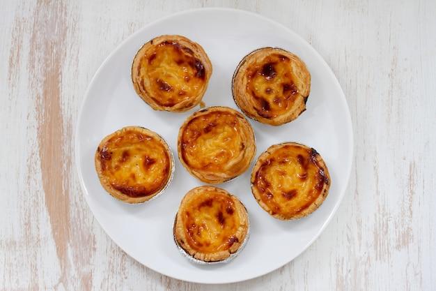 Bolinhos portugueses no prato branco no branco