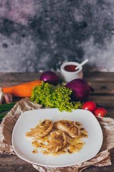 Bolinhos, recheados com carne e servidos com cebola frita e pedaços de carne. varenyky, vareniki, pierogi, piroide. bolinhos com recheio.