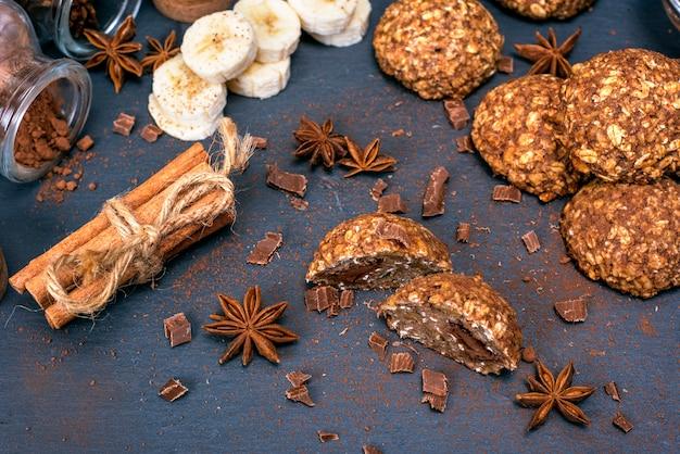 Bolinhos redondos de flocos de aveia, chocolate e banana