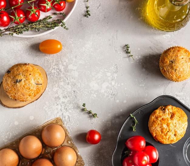 Bolinhos salgados com tomate seco e azeitonas