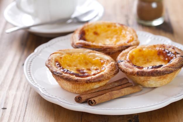Bolinhos típicos portugueses pasteis de nata