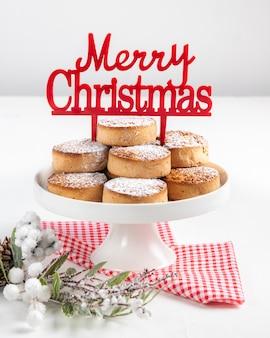 Bolinhos tradicionais do natal, nevaditos, com amêndoas e sésamo em de madeira branco.