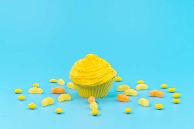 Bolo amarelo de frente com geléias no azul