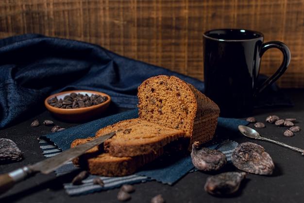 Bolo assado e caneca de chocolate quente