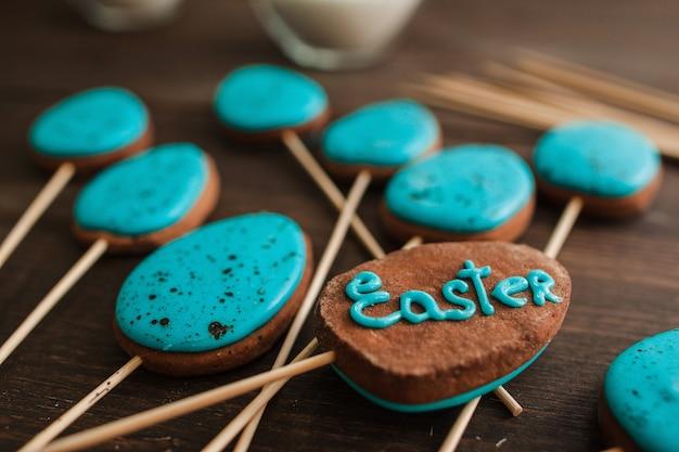Bolo azul da páscoa aparece na mesa rústica de madeira para a celebração da páscoa