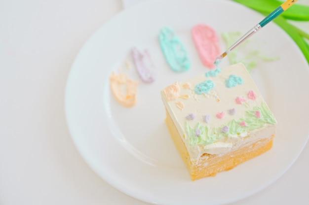 Bolo branco com fundo pintado de branco, bolo faça você mesmo, sobremesa
