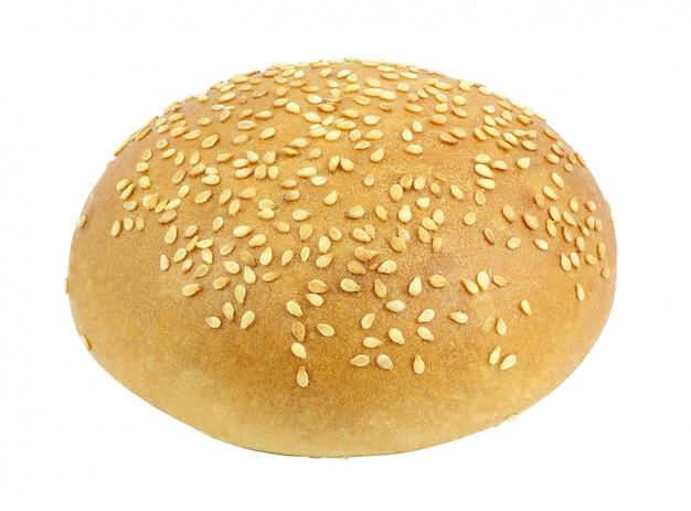 Bolo branco com sementes de gergelim redondo inteiro para um hamburguer isolado no fundo branco com traçado de recorte. profundidade total de campo.