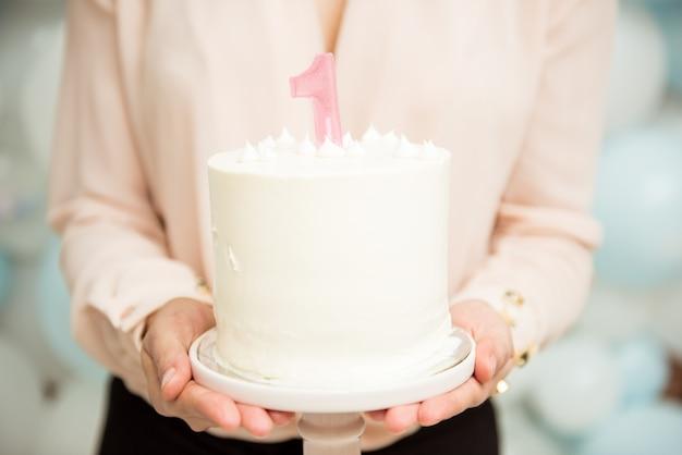 Bolo branco continuar no dia do nascimento de um ano de idade