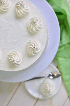 Bolo branco de iogurte de biscoito fresco com creme de gengibre