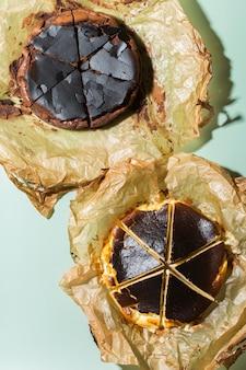 Bolo caseiro basco queimado ao estilo nova-iorquino e cheesecakes de chocolate com crosta rachada. comida local da moda de san sebastian, espanha. fácil para cozinhar em casa. luz forte e sombras