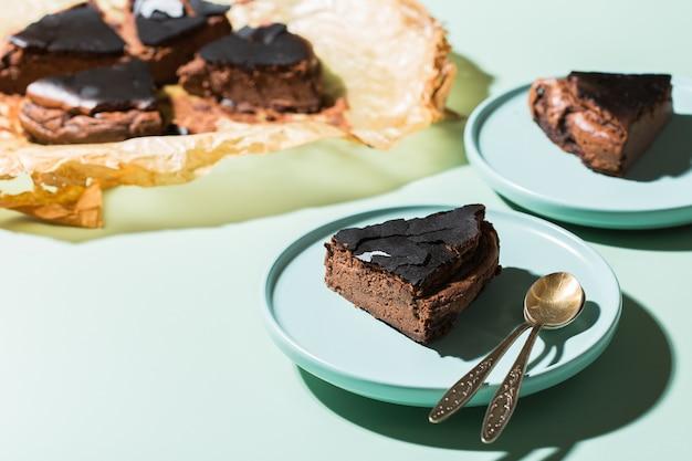 Bolo caseiro basco queimado, cheesecake de chocolate ao estilo nova-iorquino com crosta rachada. comida local da moda de san sebastian, espanha. fácil para cozinhar em casa. luz forte e sombras