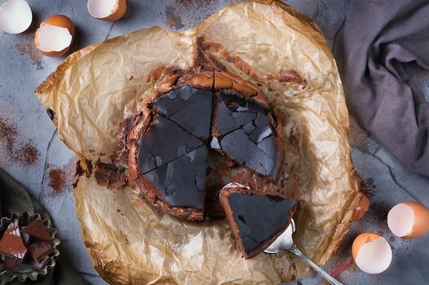 Bolo caseiro basco queimado, cheesecake de chocolate ao estilo nova-iorquino com crosta rachada. comida local da moda de san sebastian, espanha. fácil para cozinhar em casa