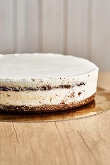 Bolo caseiro bolo de chocolate. fundo de madeira.