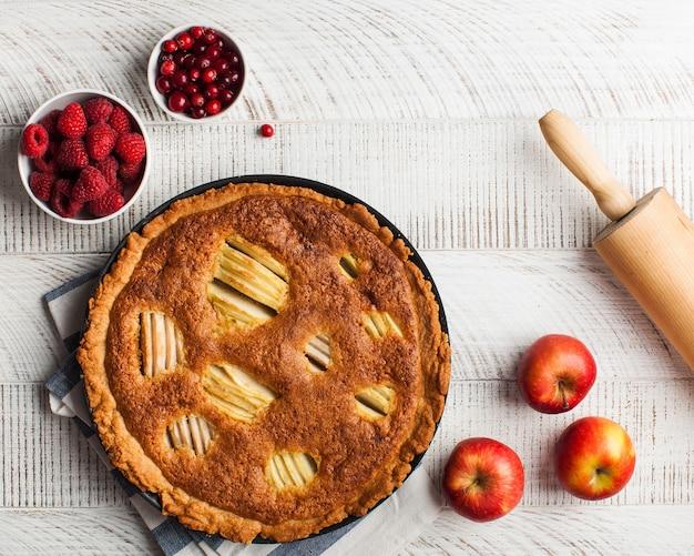 Bolo caseiro, bolo de frutas e bagas em uma superfície de madeira