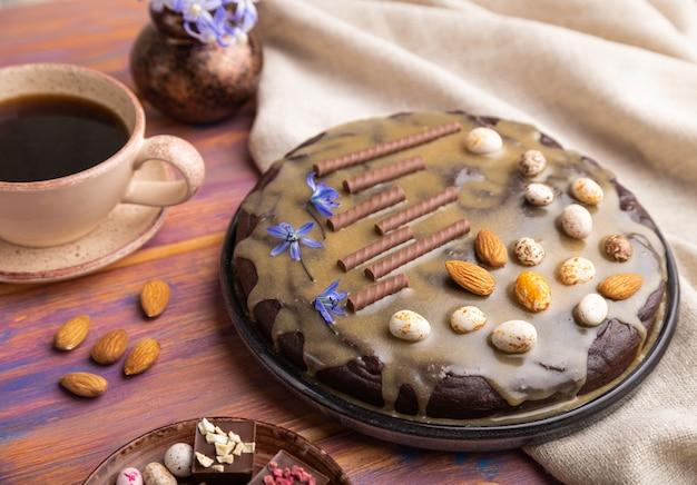 Bolo caseiro de brownie de chocolate com creme de caramelo e amêndoas com café