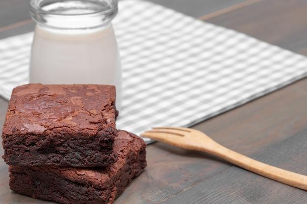 Bolo caseiro de brownies de chocolate e leite na mesa de madeira