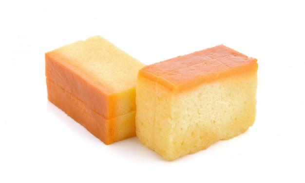 Bolo caseiro de creme de caramelo em branco