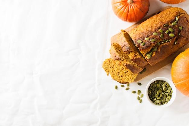 Bolo caseiro de pão de abóbora em fundo branco. dia de ação de graças e tema de outono