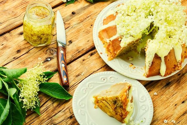 Bolo caseiro de verão decorado com flores de sabugueiro. bolo doce e rústico.