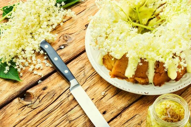 Bolo caseiro de verão decorado com flores de sabugueiro.