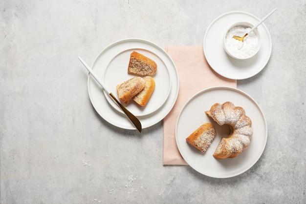 Bolo caseiro doce com açúcar de confeiteiro, foco seletivo e imagem de cima para baixo