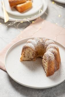 Bolo caseiro doce com açúcar de confeiteiro, imagem de foco seletivo