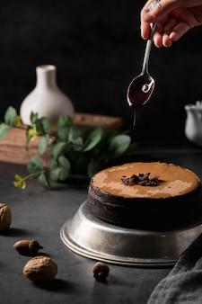 Bolo caseiro saboroso close-up em cima da mesa