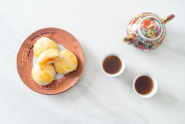 Bolo chinês da lua com ovo salgado de amendoim ou rolinho primavera com nozes e ovos salgados - comida asiática