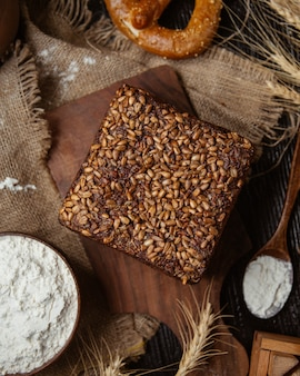 Bolo coberto com sementes de girassol