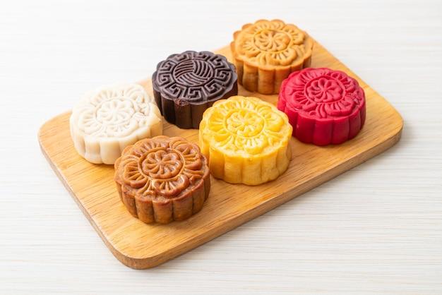 Bolo colorido da lua chinesa com sabores mistos em prato de madeira
