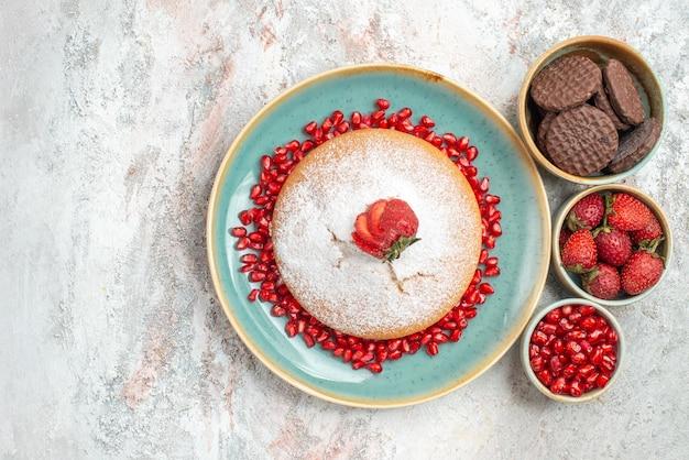 Bolo com bolo de morangos com sementes de romã e biscoitos de chocolate