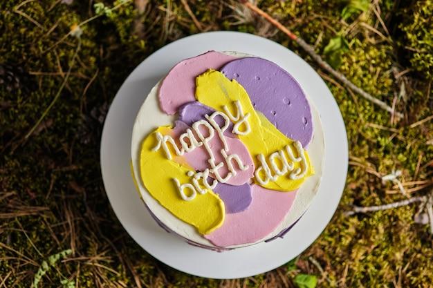 Bolo com chocolate em uma mesa de madeira. bolo decorado com frutas frescas e folhas de framboesa. sobremesa de casamento e aniversário. sobremesa deliciosa e linda.