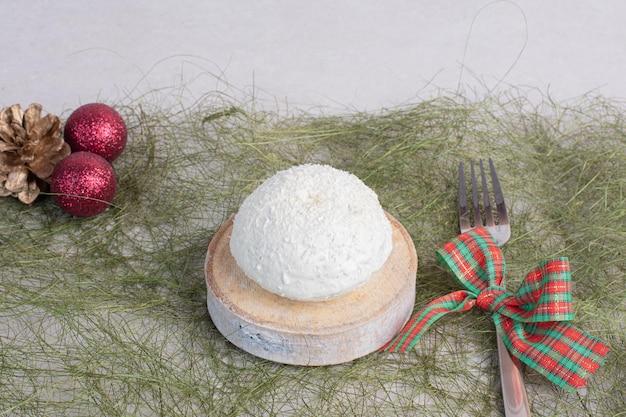 Bolo com coco granulado na mesa verde