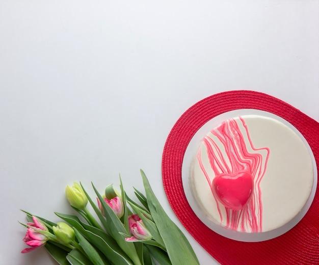 Bolo com forma de coração e flores